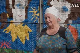 Уральские пенсионеры украшают дом фресками из бутылочных крышек