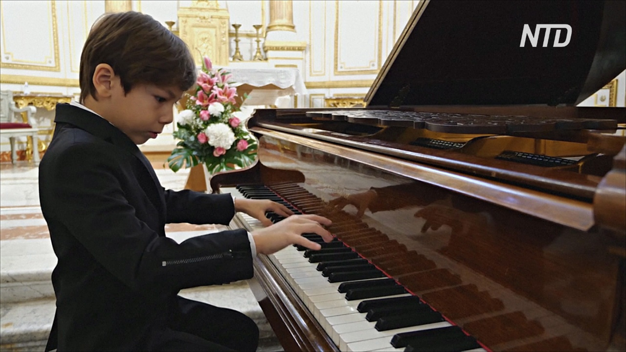 Редкий талант: шестилетний мальчик виртуозно играет на пианино