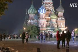Москвичи гуляют в центре города, хотя в России снова более 15 000 новых случаев COVID-19