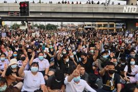 Тысячи тайцев снова вышли на протест, несмотря на запрет на массовые собрания