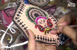 Индийские мастерицы украшают маски для лица традиционной росписью