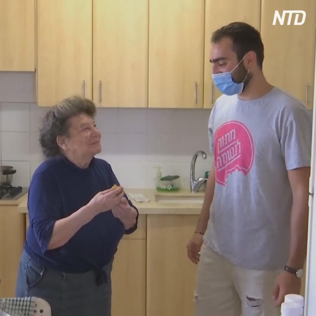 Израильские волонтёры носят пироги пожилым во время изоляции