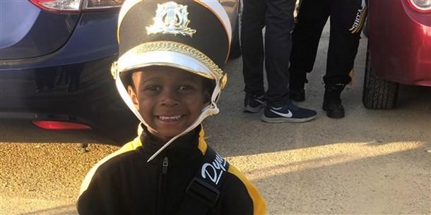 Пятилетний барабанщик играет в студенческом оркестре