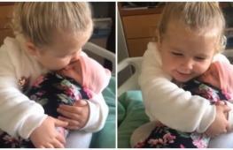 Трёхлетняя девочка впервые видит новорождённую сестру. Трогательное видео.