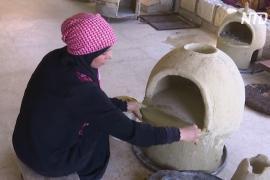 Иорданка делает глиняные печи, чтобы выпекать традиционные лепёшки