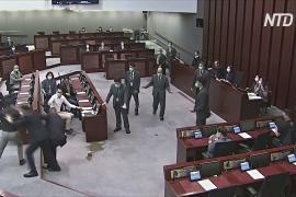 В Гонконге арестовали троих бывших законодателей за акции по разбрызгиванию зловонной жидкости
