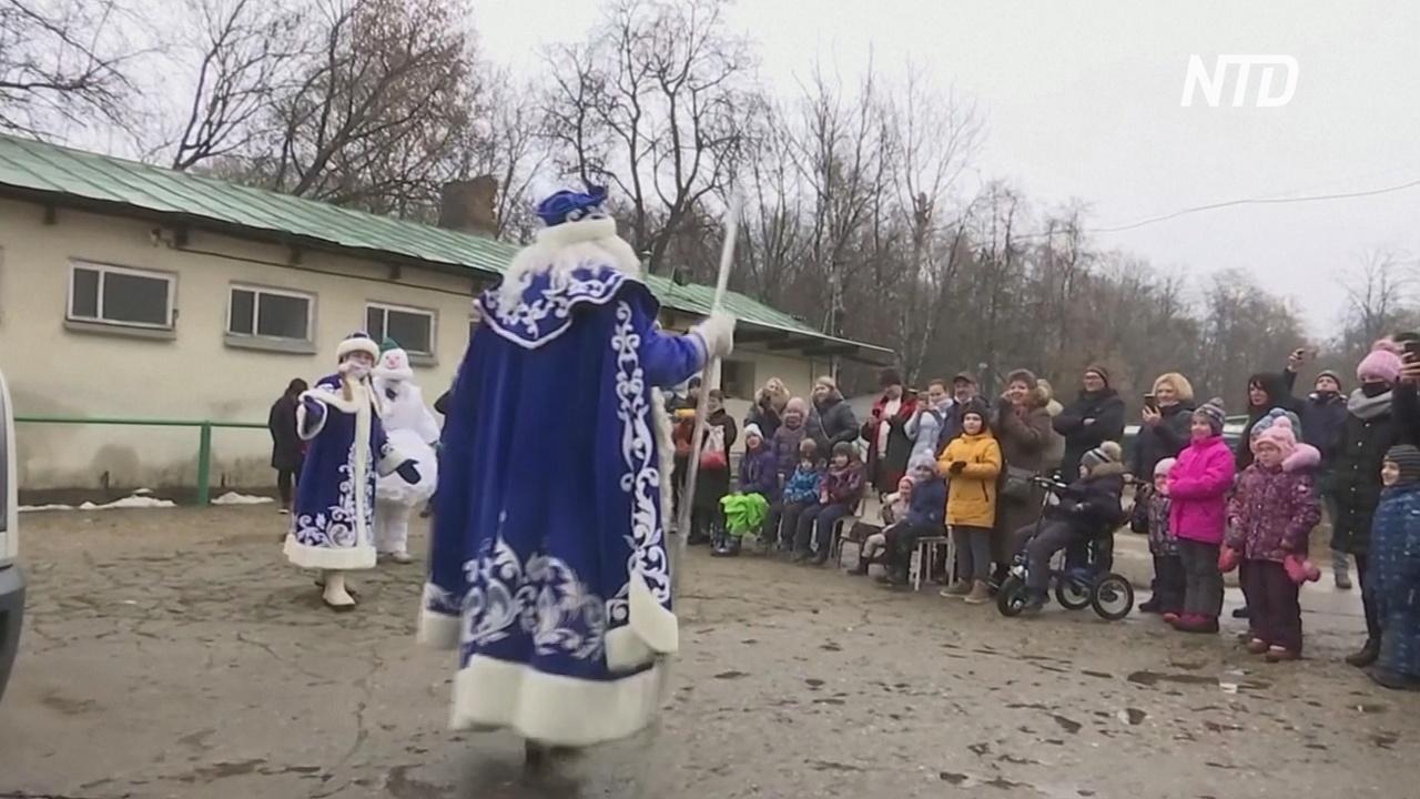 В Москве Дед Мороз и Снегурочка встретились с детьми-инвалидами
