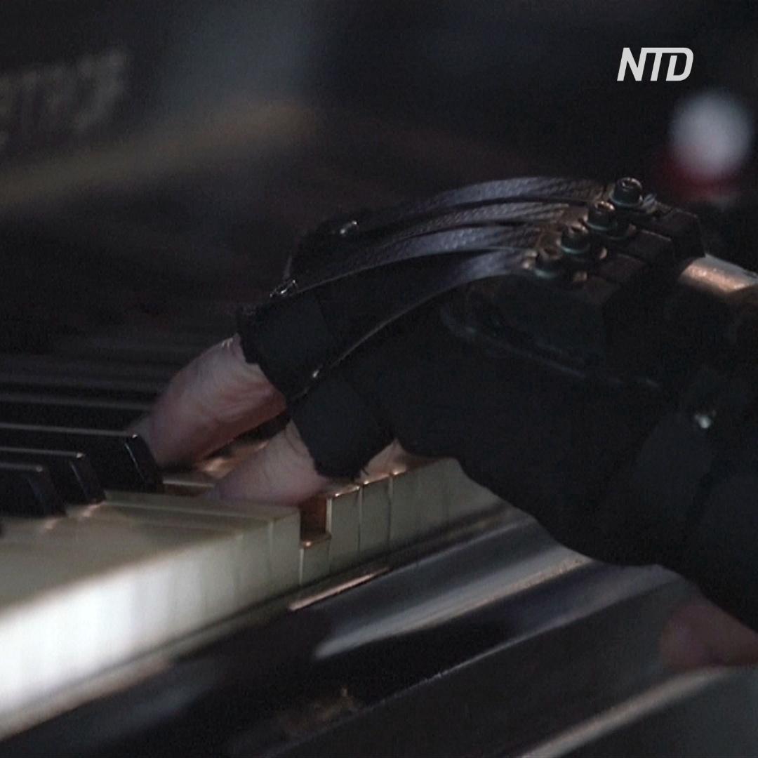80-летний бразильский пианист играет в бионических перчатках
