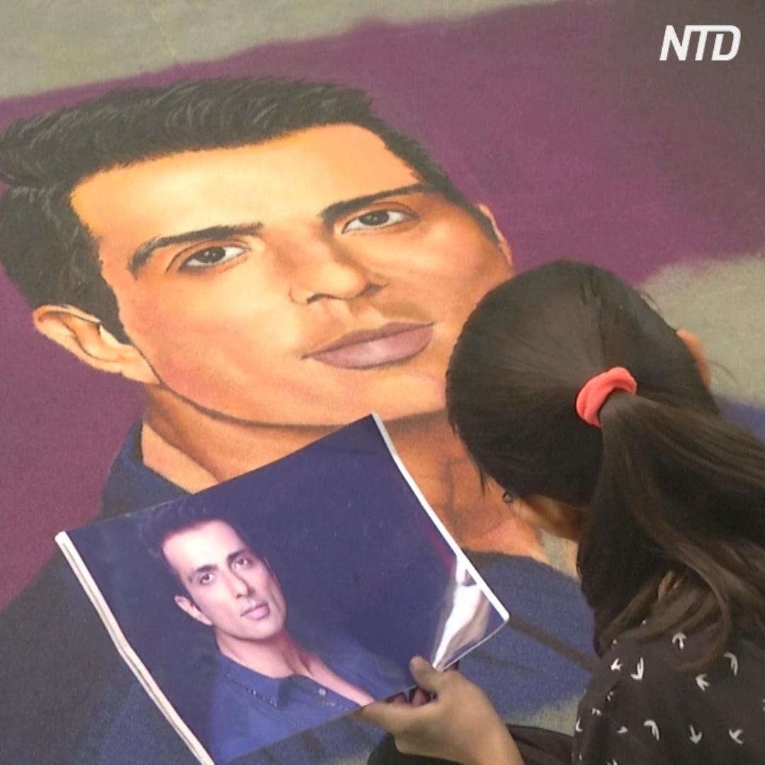 Индийцы рисуют картины ранголи с помощью подкрашенной рисовой муки