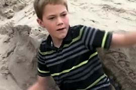 Как мальчик спасал, девочку погребённую в песке