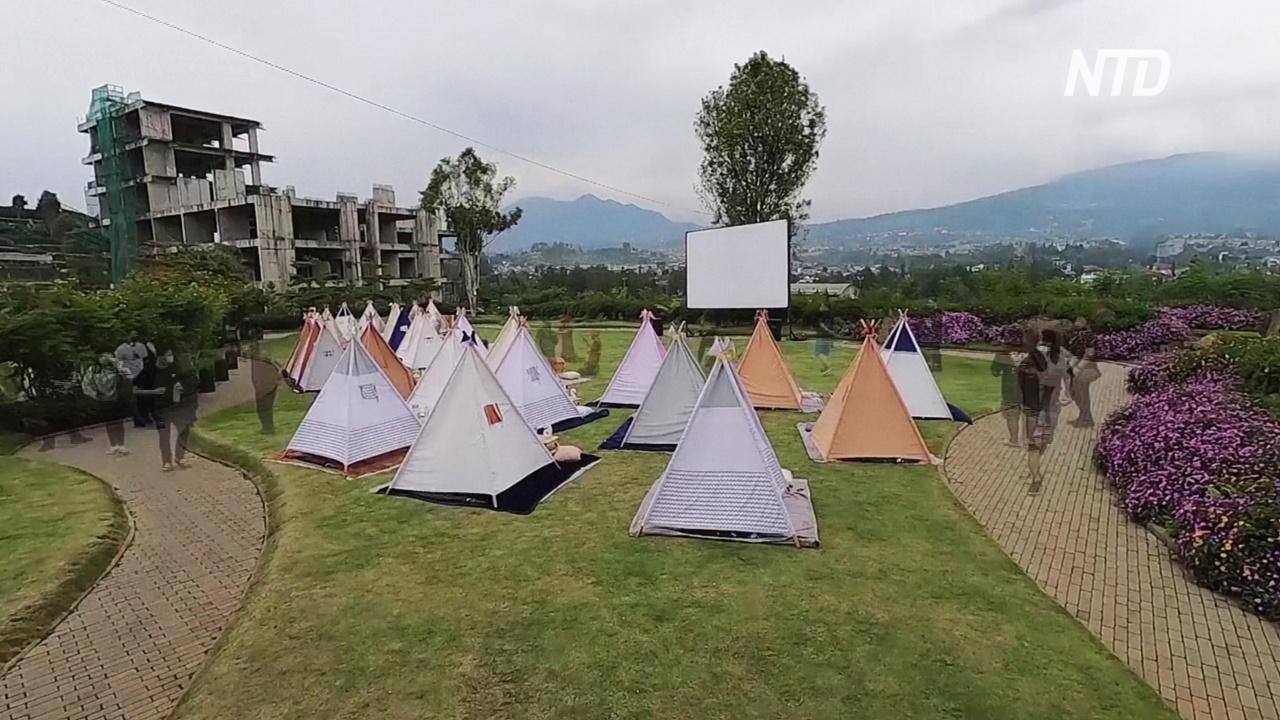 Звёзды и соцдистанция: на Яве работает палаточный кинотеатр