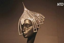 Котелок в стразах и шляпа с парусником: творения Филипа Трейси на выставке в Петербурге