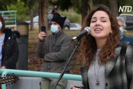 Музыкальная поддержка: греческие врачи поют у больниц с пациентами с COVID