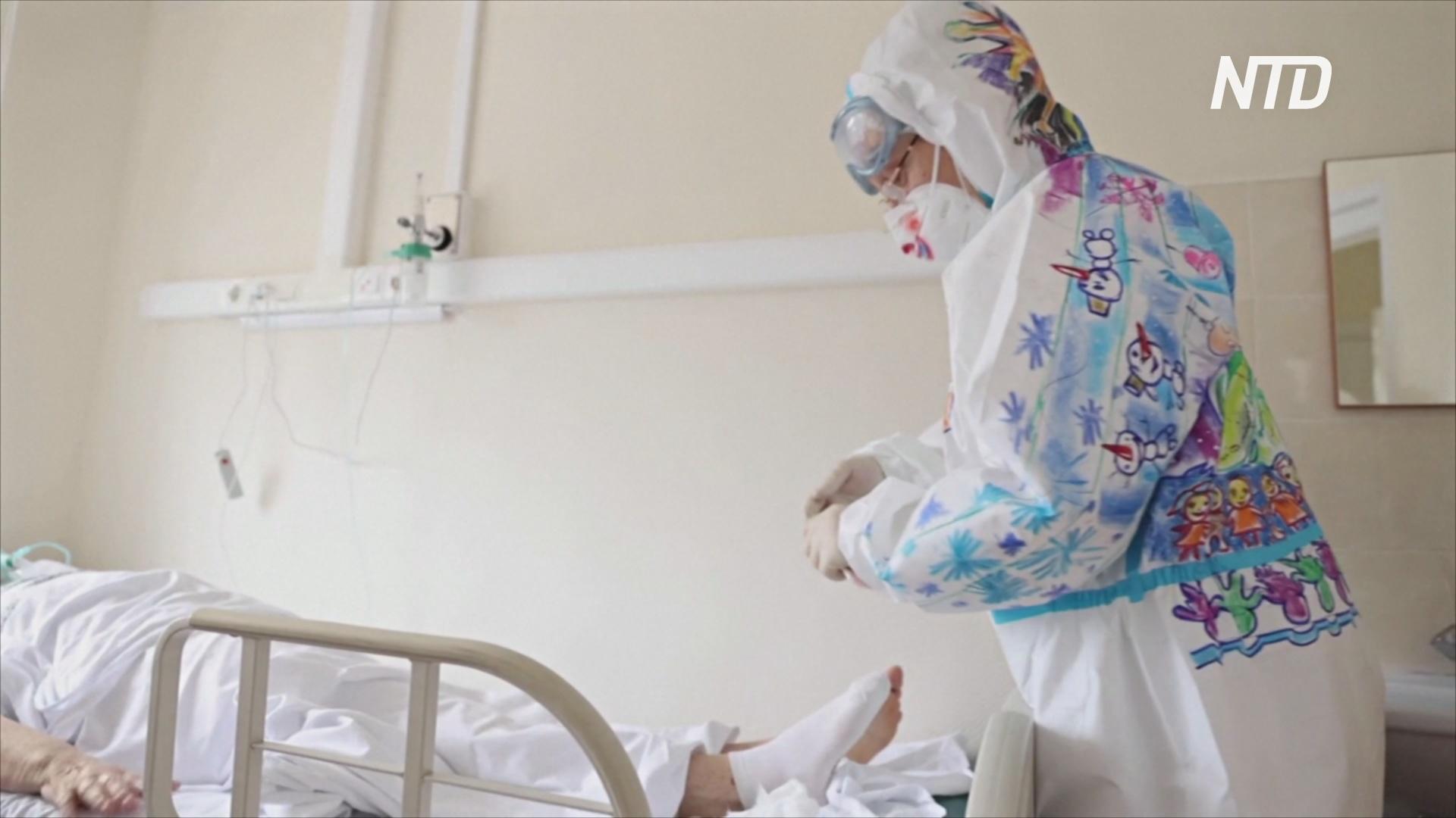Однодневное искусство: волонтёр рисует на защитных костюмах, чтобы подбодрить пациентов