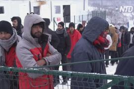 В Боснии мигранты замерзают в сгоревшем лагере