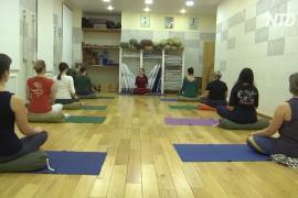 В Москве переболевшие «ковидом» проходят реабилитацию на занятиях йогой