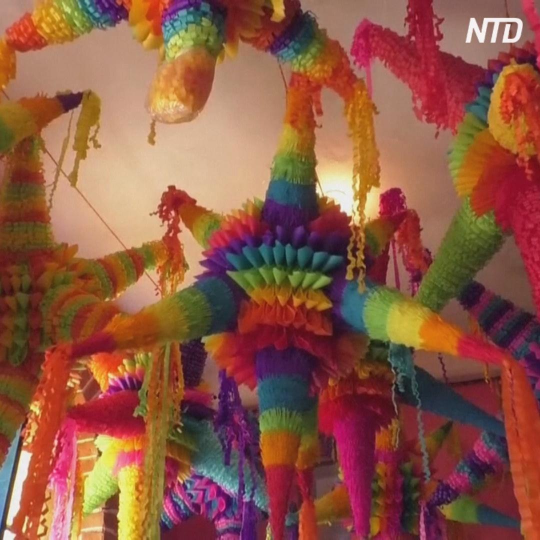 Мексиканцы готовят к Рождеству яркие пиньяты