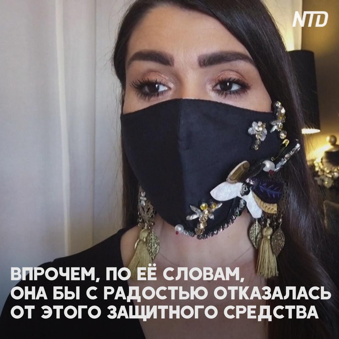 Греческий дизайнер украшает маски стразами, камнями и перьями