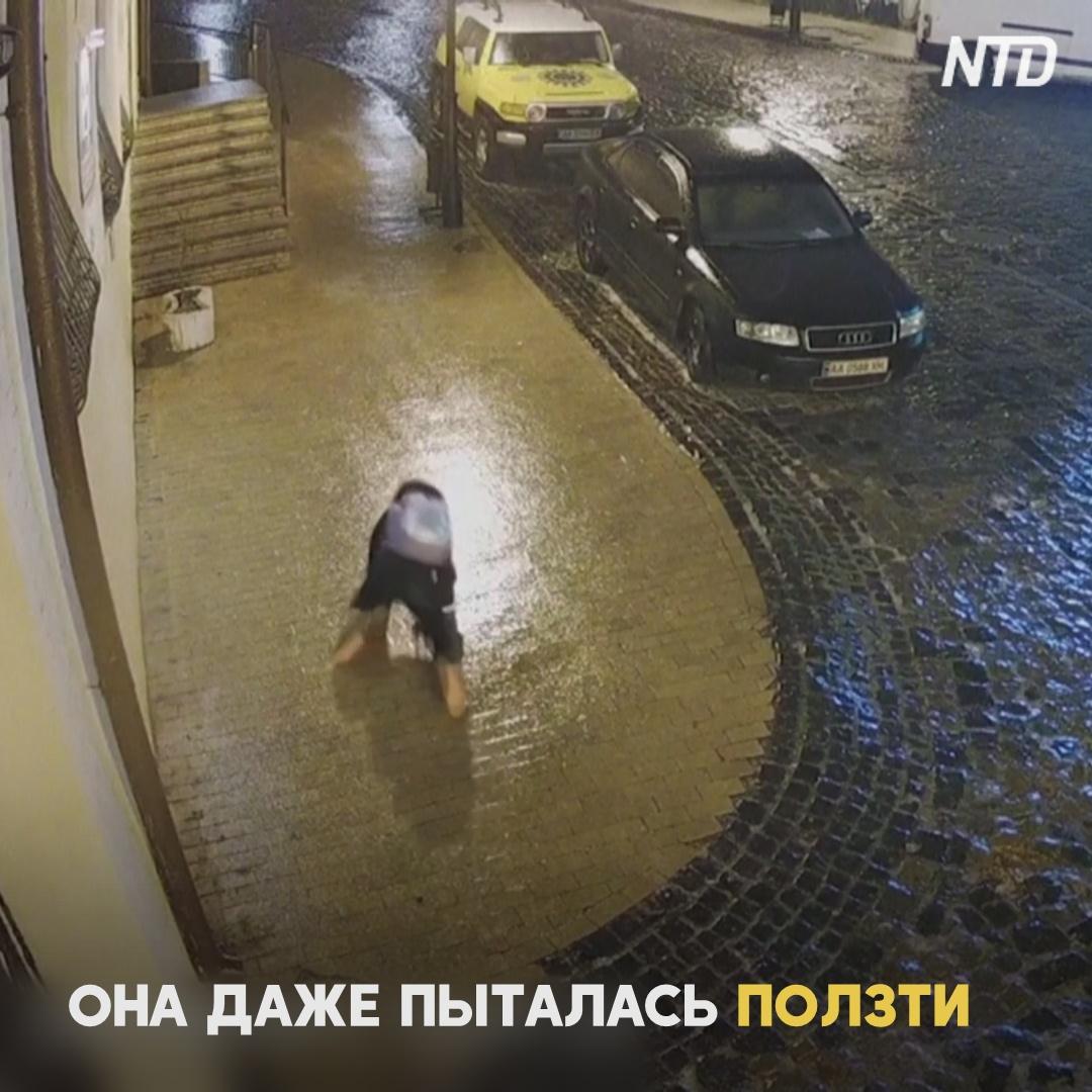 «Ледяной» дождь в Киеве: как прохожие скатывались по Андреевскому спуску
