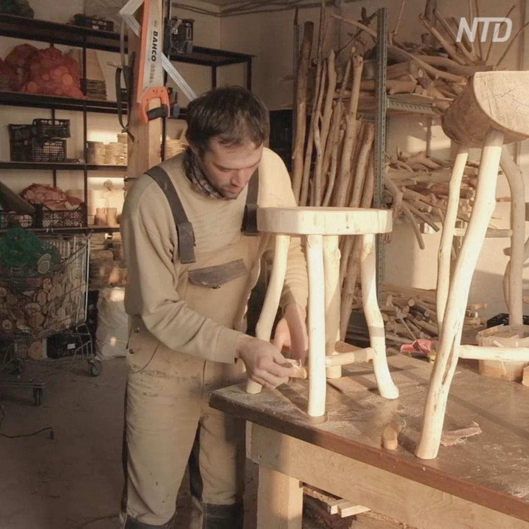 Пермские супруги создают из древесного мусора столы, стулья и сувениры