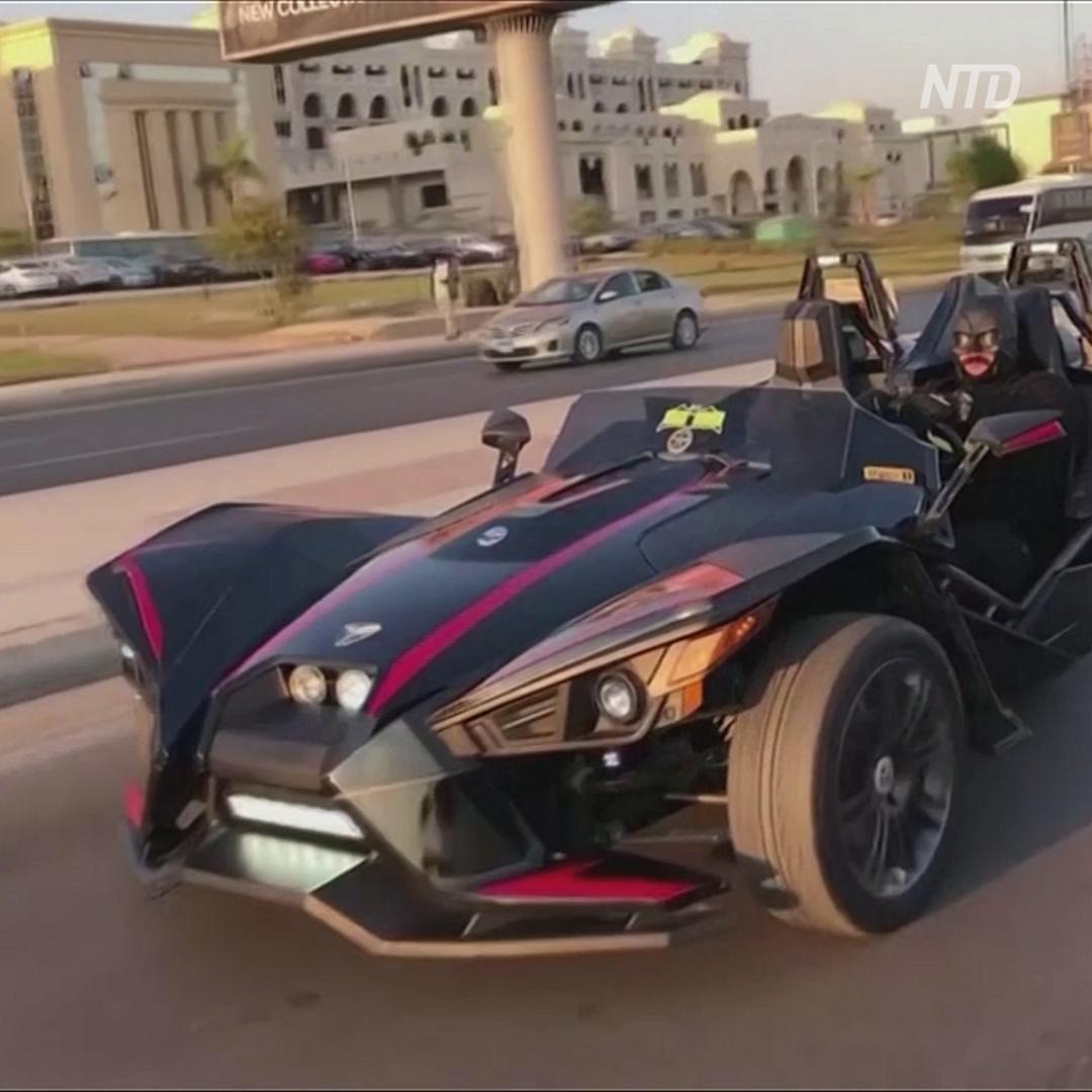 «Египетский Бэтмен» выехал на бэтмобиле спасать мир от пандемии
