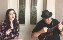 81-летний дедушка аккомпанирует внучке на укулеле. Трогательное видео