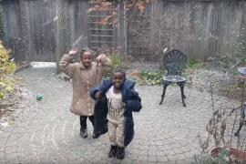 Африканские дети впервые видят снег. Трогательное видео