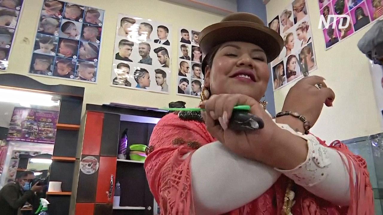 Парикмахер-чолита развлекает клиентов песнями и танцами