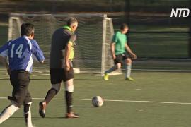 Пожилые австралийцы наслаждаются игрой в пеший футбол