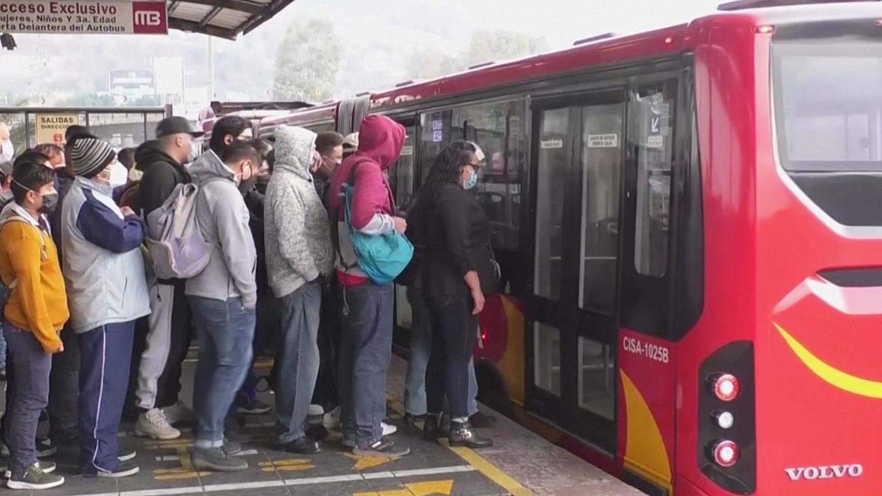 Автобусы в Мехико переполнены из-за того, что уже несколько дней не работает метро