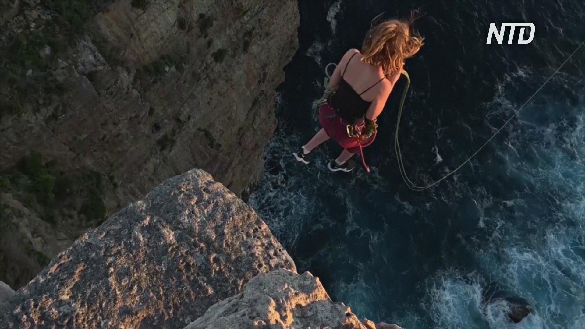 Для австралийских смельчаков прыжки со скалы стали демонстрацией единства и доверия