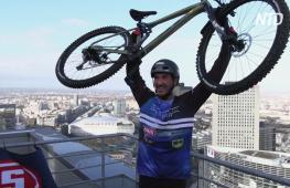 Вертикальный заезд: французский велотриалист покорил 140-метровый небоскрёб