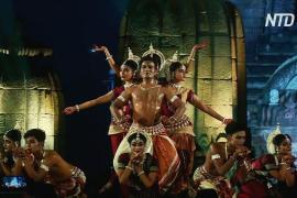 Индийские танцоры завораживают зрителей, выступая на фоне древнего храма