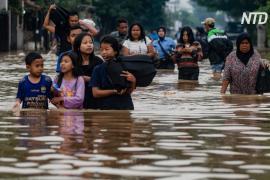 Наводнения в Индонезии: десятки тысяч человек бегут из домов