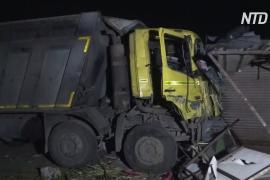 Грузовик задавил 15 рабочих, спящих на обочине