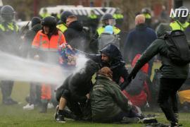 В Амстердаме полиция водомётами разогнала протест против карантинных ограничений