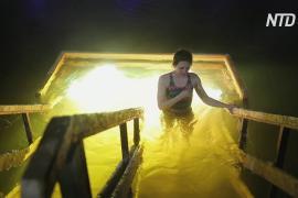 Россияне отметили Крещение купанием в ледяной воде