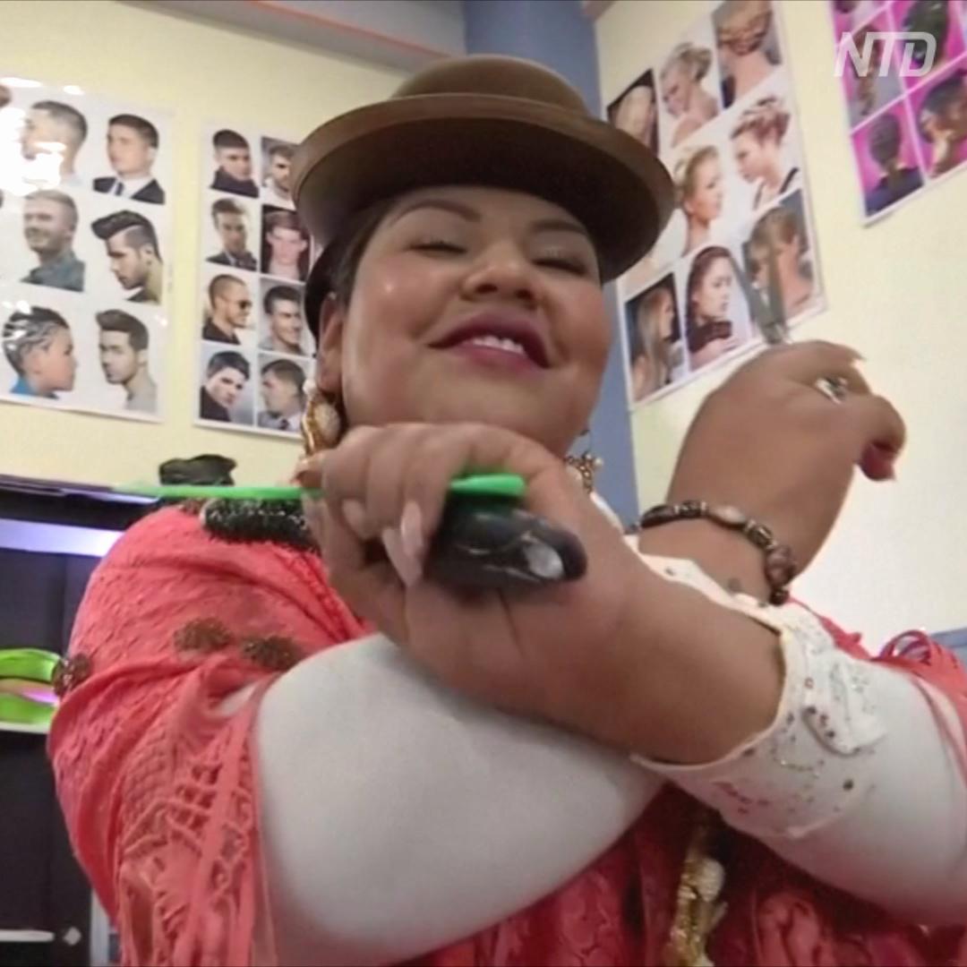 Чолита-парикмахер танцует и поёт для клиентов в Боливии