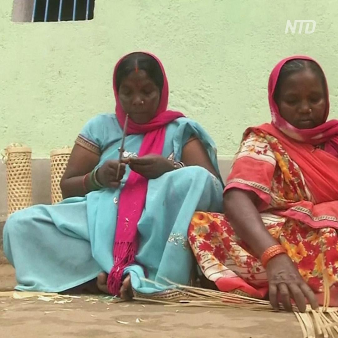 Индианка обучила односельчанок традиционному плетению из бамбука