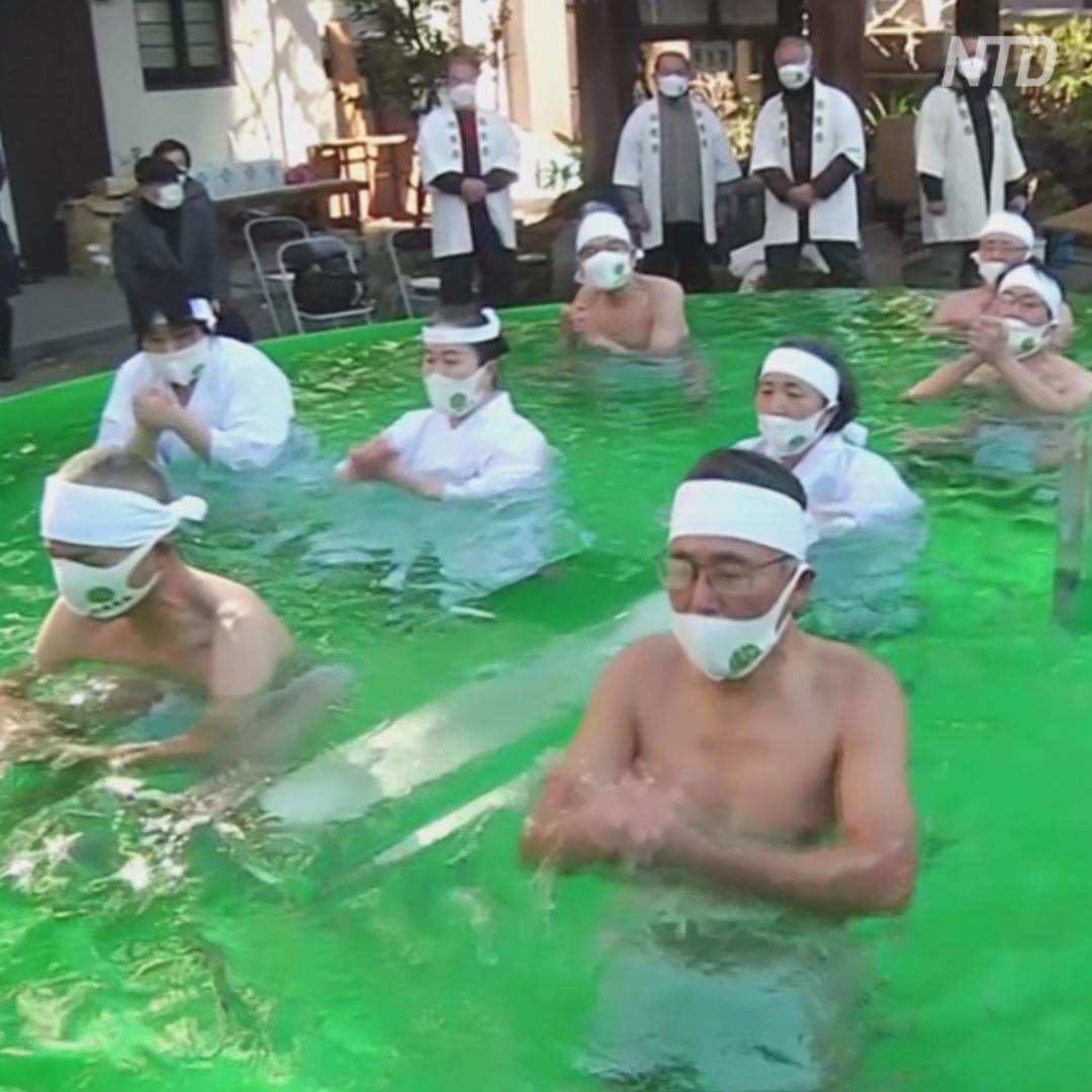 Исцеляющее купание: японцы окунулись в ледяную воду у храма в Токио