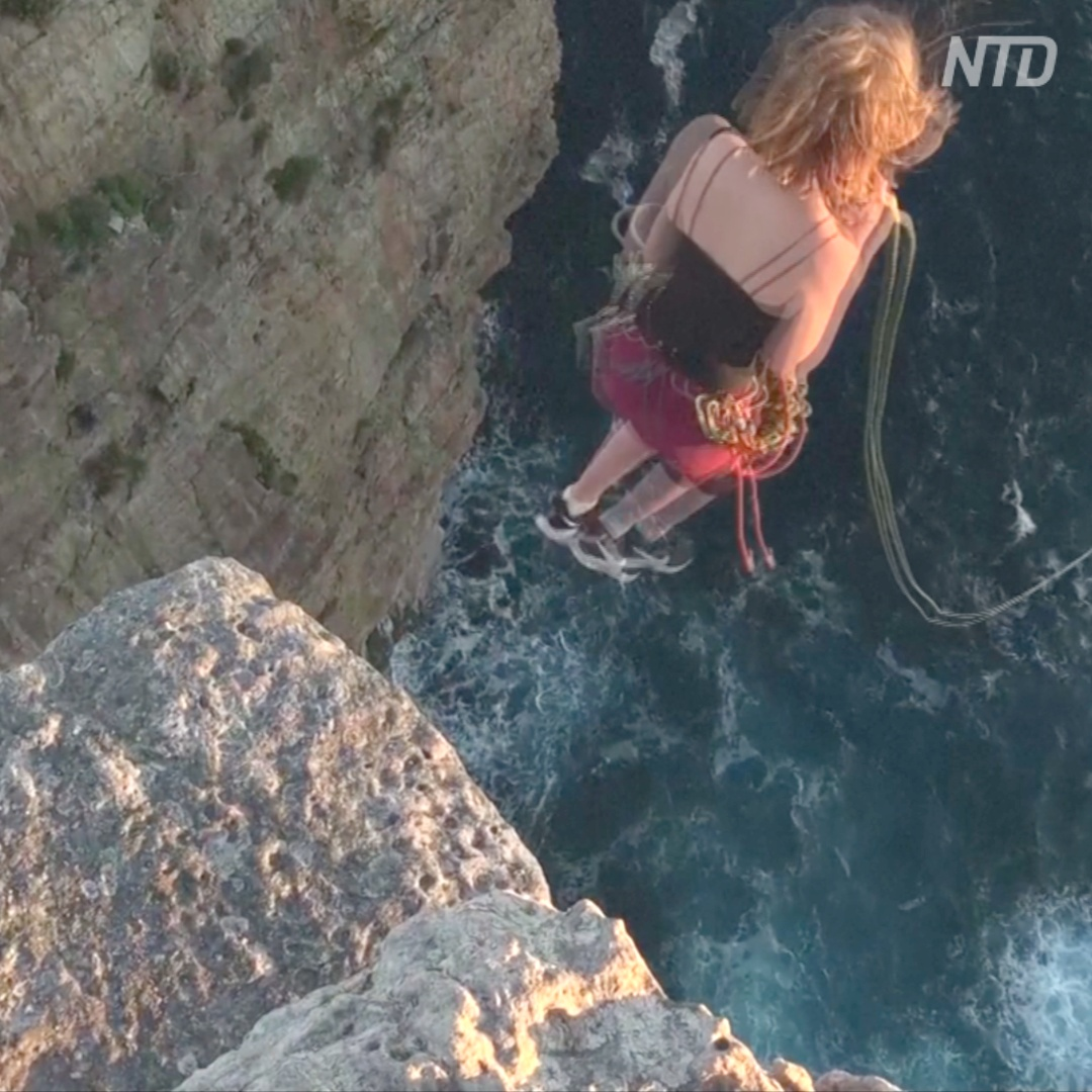 Как в Австралии прыгают с 60-метрового утёса