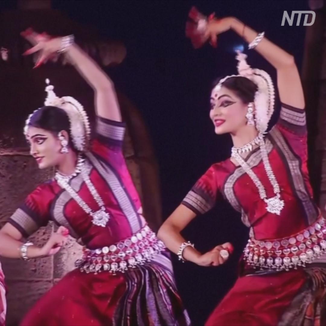 Индийские танцоры выступили на фоне древнего храма в Одише