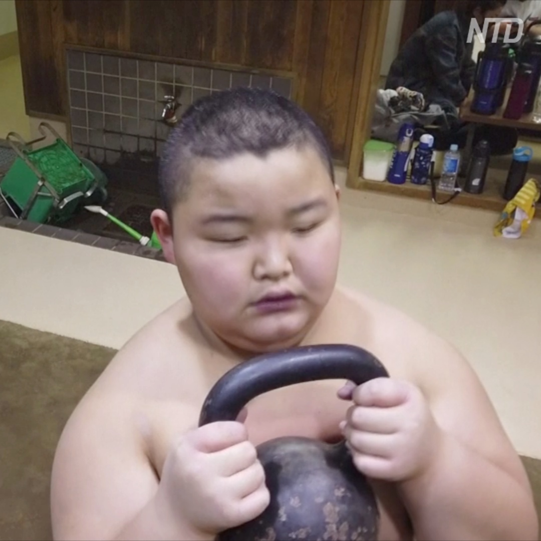 10-летний чемпион сумо побеждает соперников старше себя