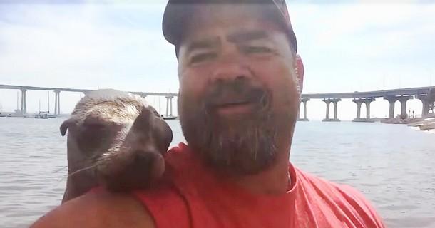 Мужчину сняли на видео с неожиданным морским гостем в лодке