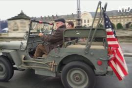 Парад ретромашин в Париже: на улицы выехали 700 автомобилей и мотоциклов