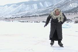 80-летняя бабушка Люба каждый день скользит по Байкалу на коньках
