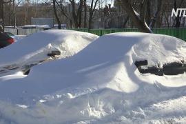 Заметённую снегом Москву продолжают «откапывать»