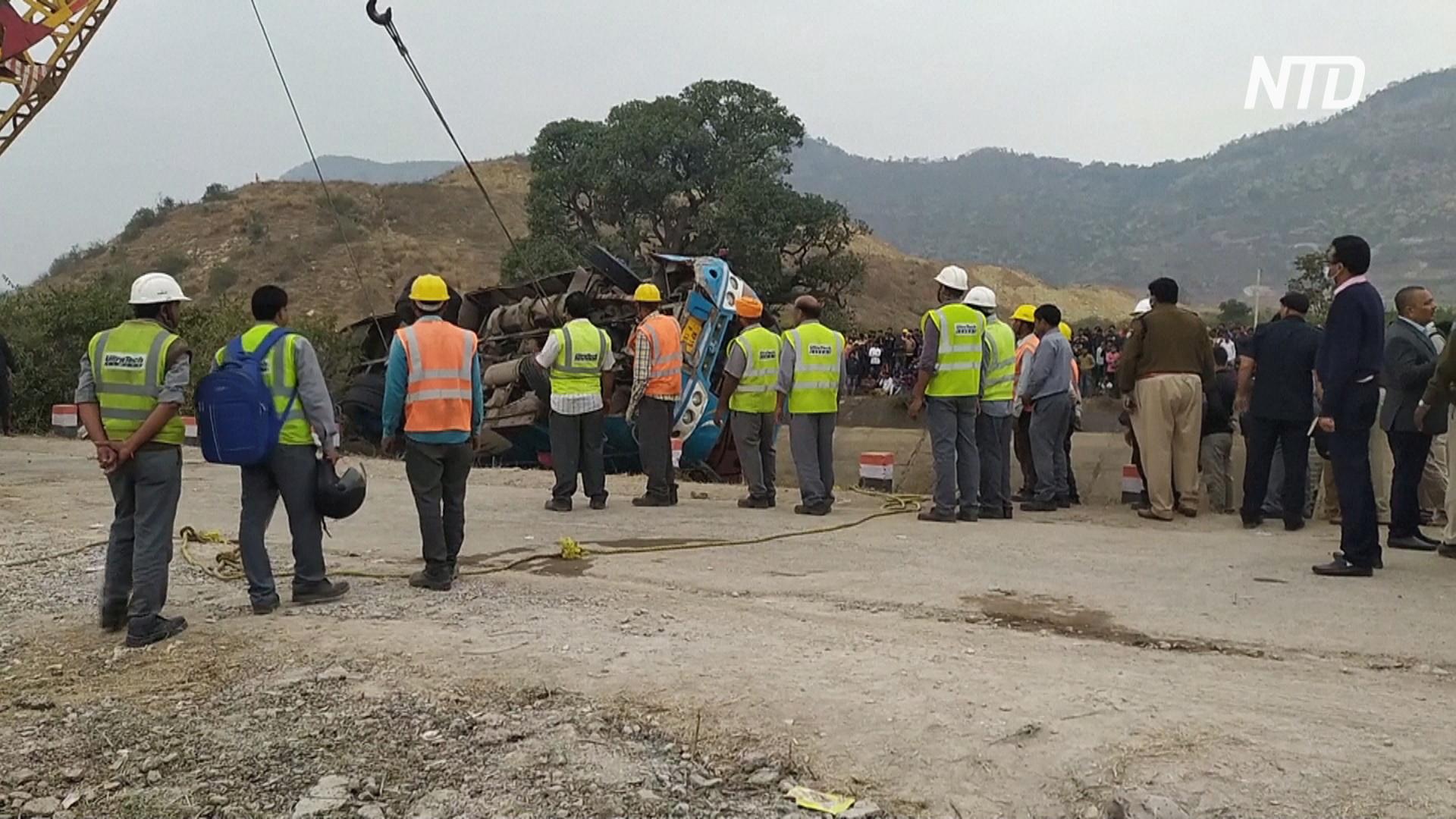 Автобус упал в канал в Индии: 47 погибших