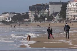 Закрытые горнолыжные курорты вынудили французов отдыхать на побережье
