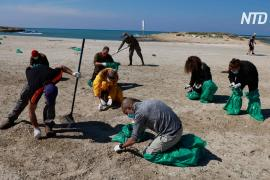 Со средиземноморских пляжей Израиля убирают остатки нефтепродуктов